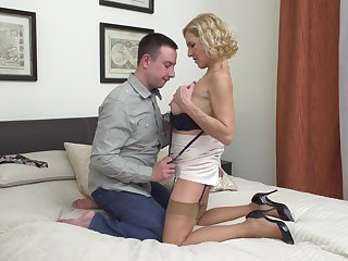 Mature MILF Molly Maracas pussy defied and fucked on chum around with annoy bed