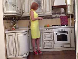 Mature earthy housewife Silvia wanna fingerfuck pussy on a catch floor