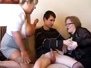 Old fat slutty granny in pantyhoes fucked immutable in threesome