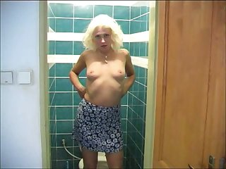 Natural blond head gets rid of her attire together with masturbates in elapse b rely