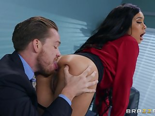 Buttplugged designation lady Aaliyah Hadid gets the brush asshole fucked off out of one's mind the brush boss