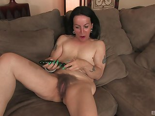 Mature old bag Nina Swiss spreads her legs nigh play with her old cunt