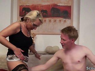 Stief-Sohn mit Riesenpimmel fickt Mutti in den Arsch